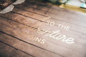 houten kist met tekst om aan te geven dat een nieuw avontuur begint