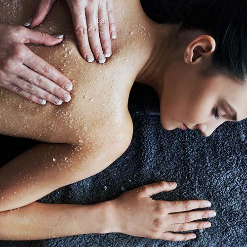 Lichaamsverzorginge met scrub van de rug