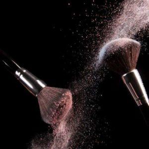 2 make-upborstels met rondzwevend blushpoeder