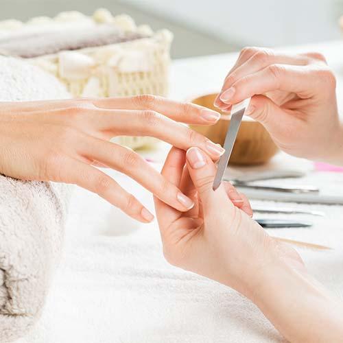 Manicure waarbij de nagels worden gevijld
