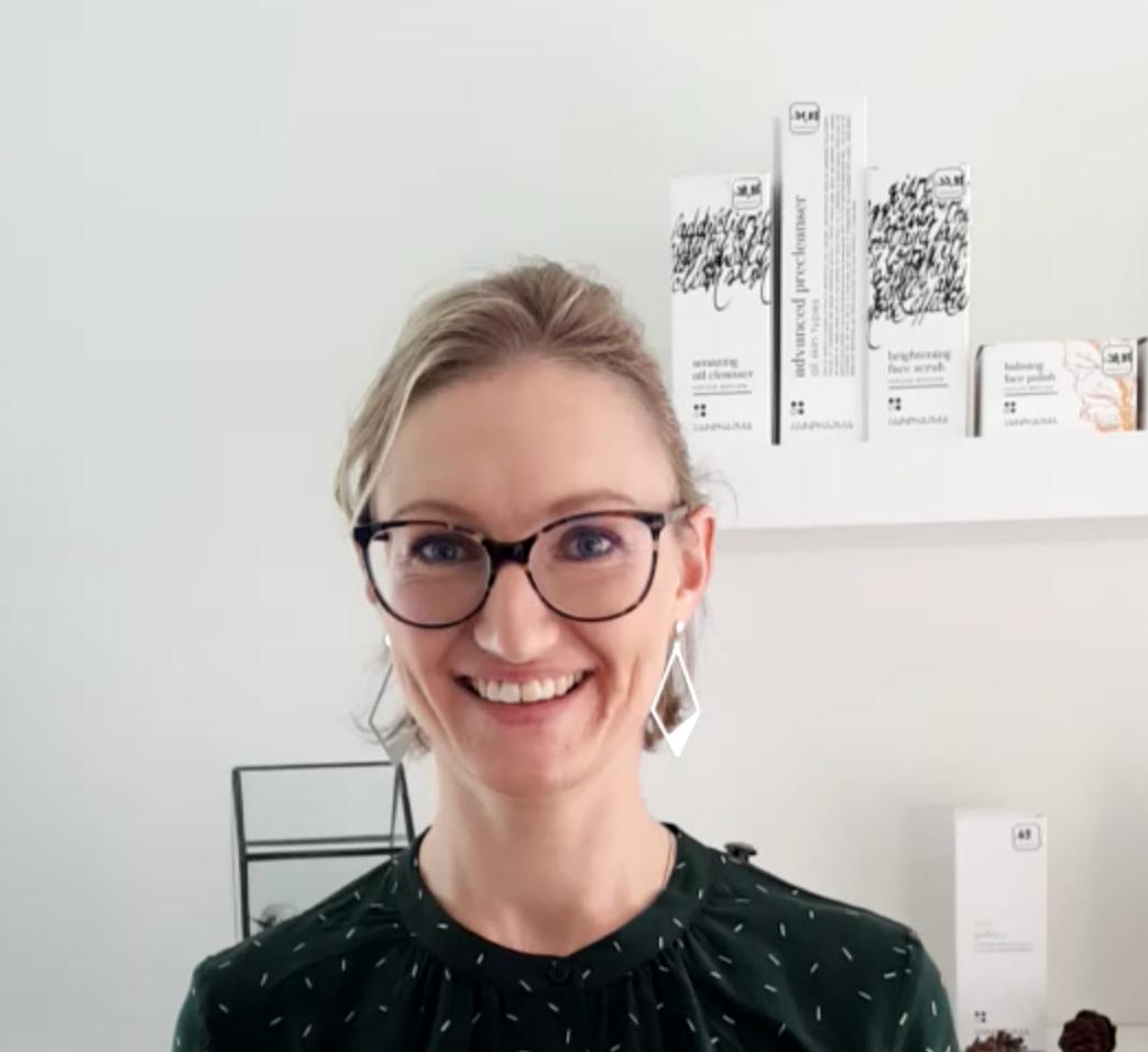 Schoonheidsspecialiste Evi in Ninove met donkere bril en grote oorbellen